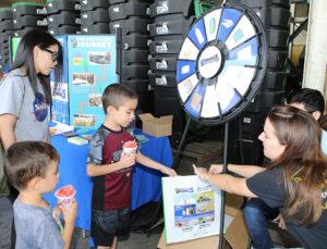 Niños interactúan con el personal mientras participan en una actividad