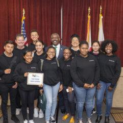 Isui Sopon fotografiado junto a sus compañeros de clase y el Alcalde Demings en laConferencia de Liderazgo para Jóvenes