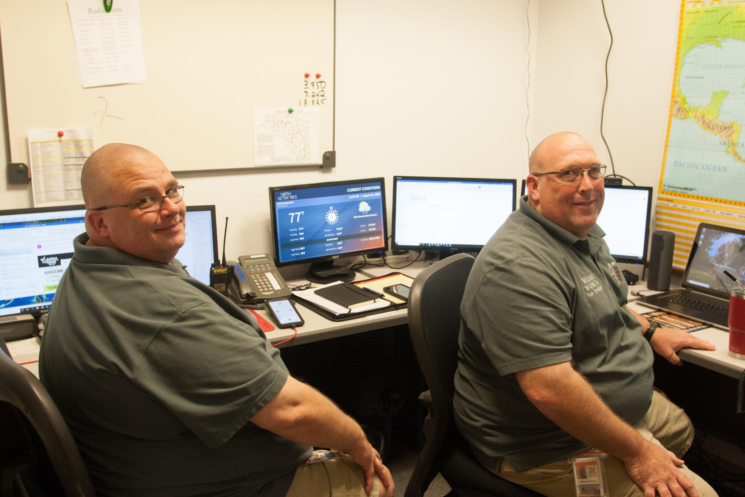 Radioaficionados Michel Cauley y John Knott en elCentro de Operaciones de Emergencia (EOC)