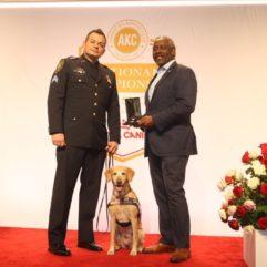 El Alcalde del Condado de Orange, Demings, Entrega elPremio a la Excelencia Canina deAKC Humane Fund