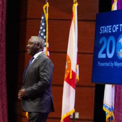 El Alcalde Demings en el escenario durante el discurso de 2020