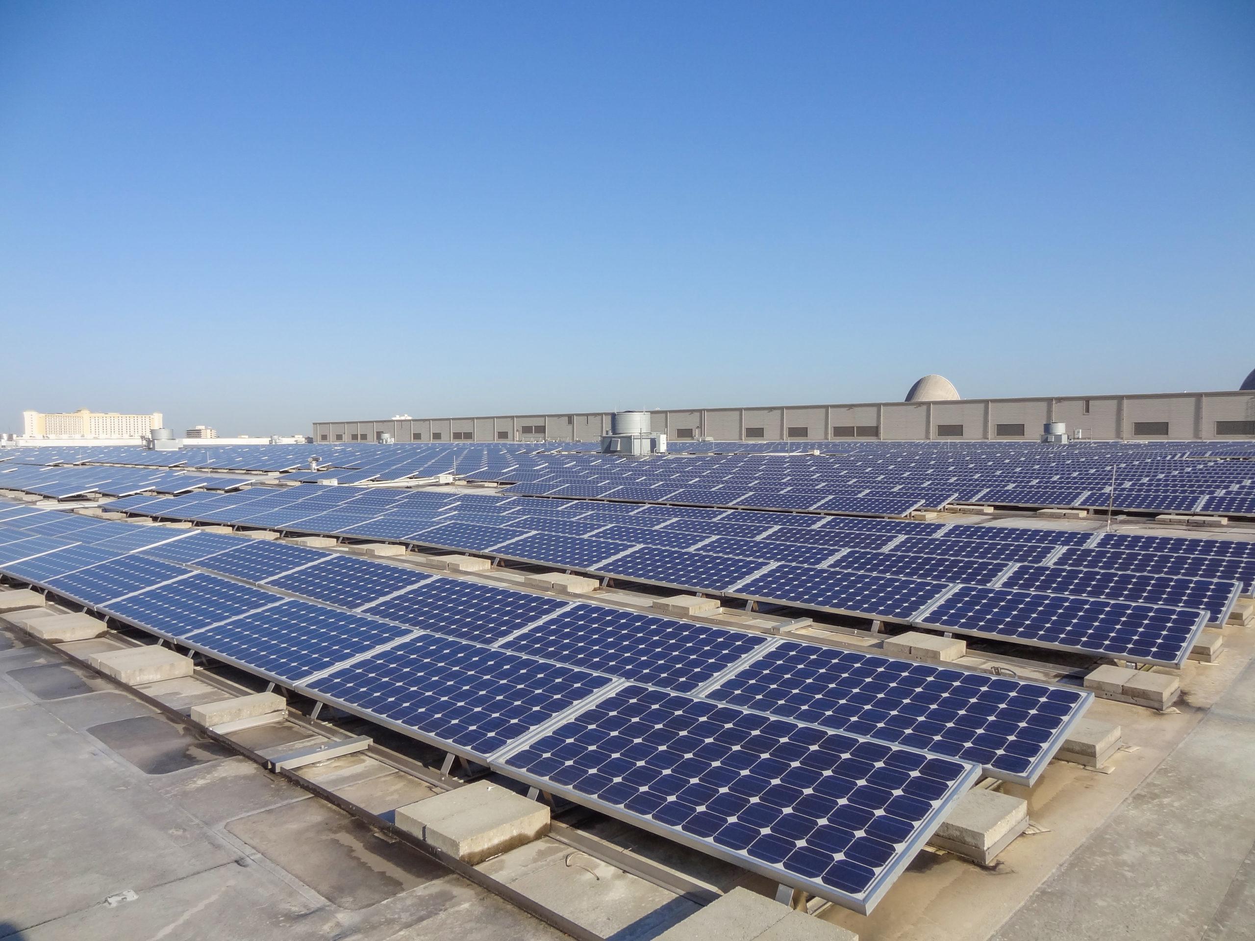 paneles solares en el techo del centro de convenciones