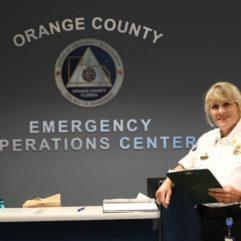 La Jefa Lauraleigh Avery en el Centro de Operaciones de Emergencia del Condado de Orange