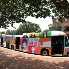 """Un enorme autobús de LYNX ploteado con una publicidad de la campaña""""Más Seguros, Más Fuertes, Juntos"""""""