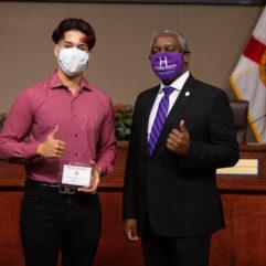 El Alcalde Demings y Cesar Londono-Jaimes con los pulgares hacia arriba