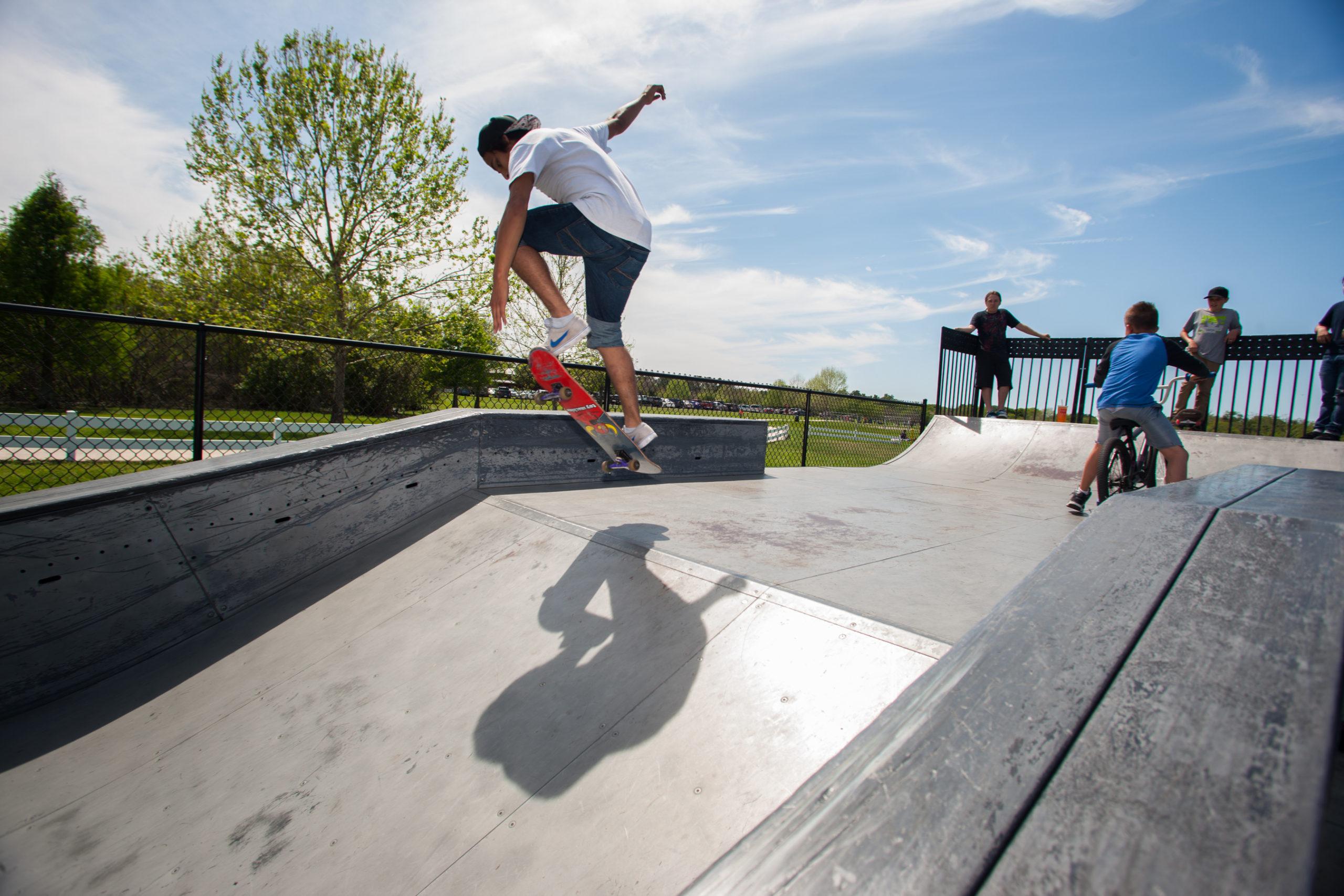 Personas practicando skateboarding en Barber Park
