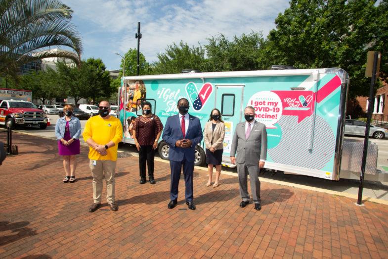 Los Comisionados del Condado de Orange, el Alcalde Dyer de Orlando y el Alcalde Demings del Condado de Orange en el lanzamiento de la Campaña para Disipar las Dudas en Relación con la Vacuna.