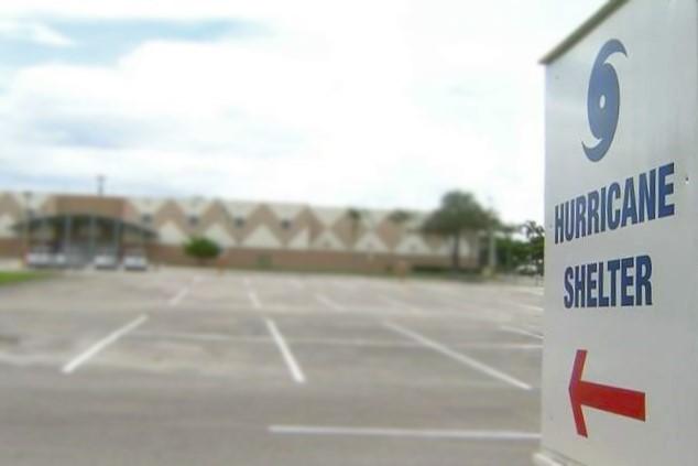 Cartel de Refugio en caso de Huracanes que apunta a la escuela