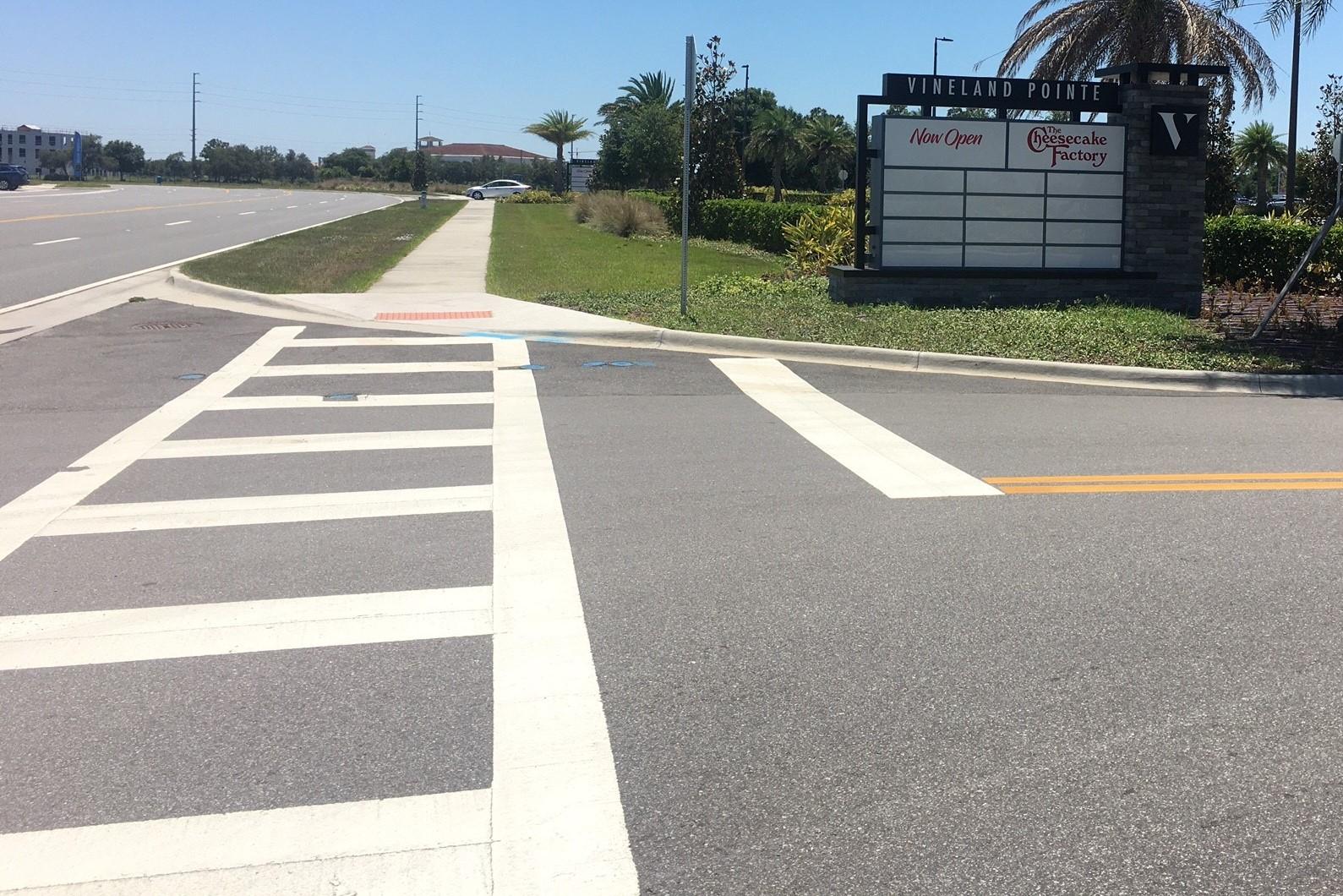 vista de la acera ensanchada y los cruces peatonales desde un paso de peatones